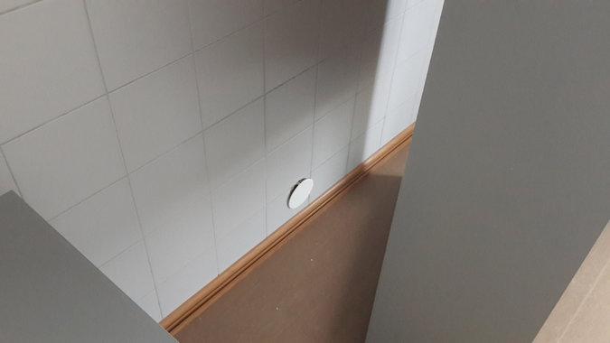 """Дыра в стене (прикрываемая съемной крышкой), через которую передавались """"грязные"""" образцы мочи, заменявшиеся на """"чистые"""" образцы, во время Игр в Сочи, согласно д-ру Родченкову. Фото - Григорий Родченков, через Брайана Фогела, ICARUS DOCUMENTARY FILM"""