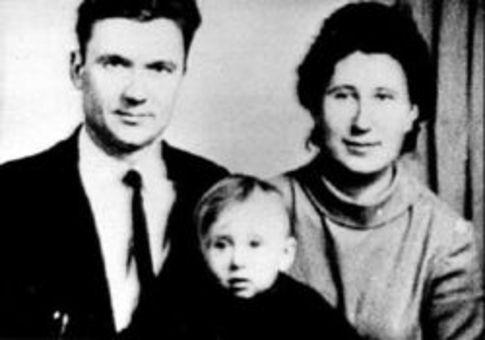 Чикатило-старший с женой и сыном