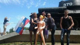 Новосибирец обоссал белгородский Вечный огонь