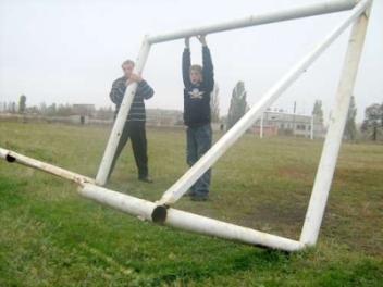 Футбольные ворота упали на 10-летнего ребенка в Омской области