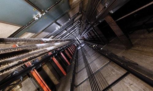 Как выжить в падающей кабине лифта?